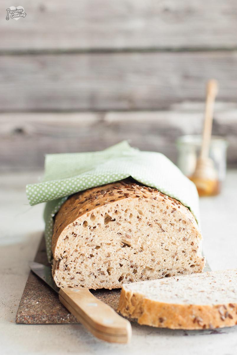 Pane semintegrale con latticello e miele