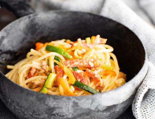 Spaghetti con verdure, tonno e salamino