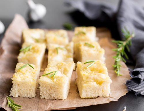 Focaccia all'aglio – morbida e profumata