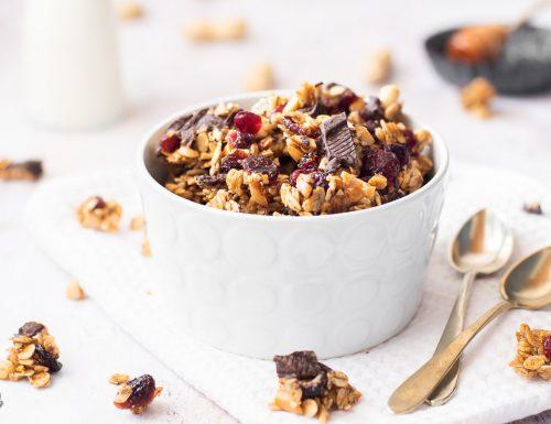 Granola speziata con arachidi e cioccolato