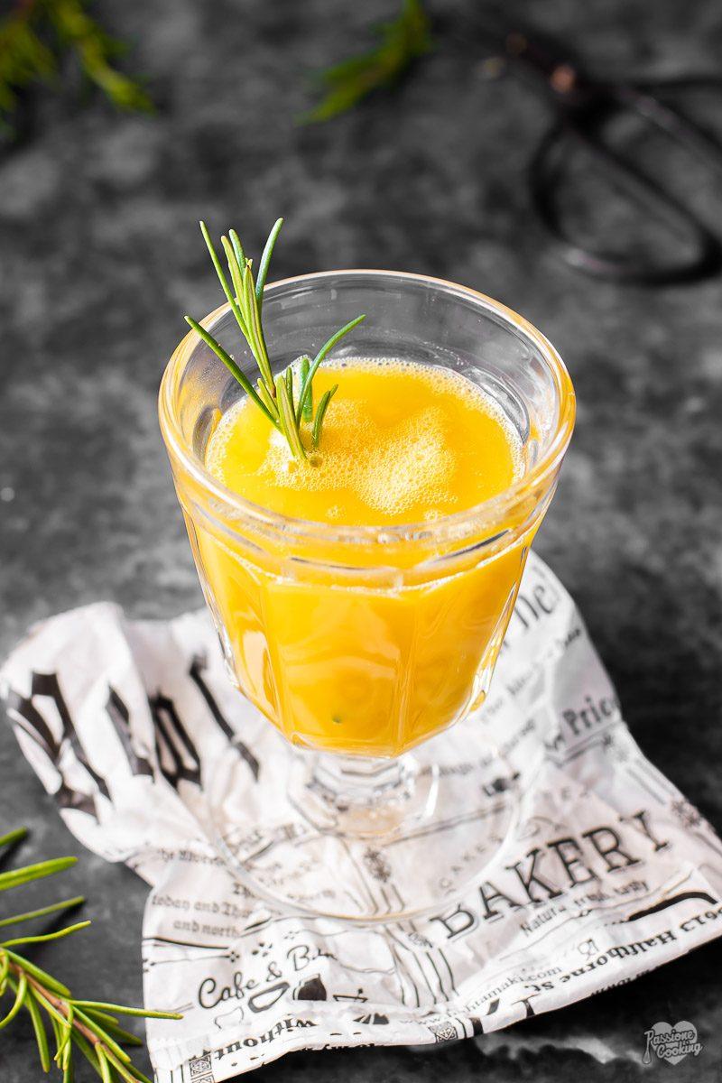 Cocktail alcolico con mango e rosmarino