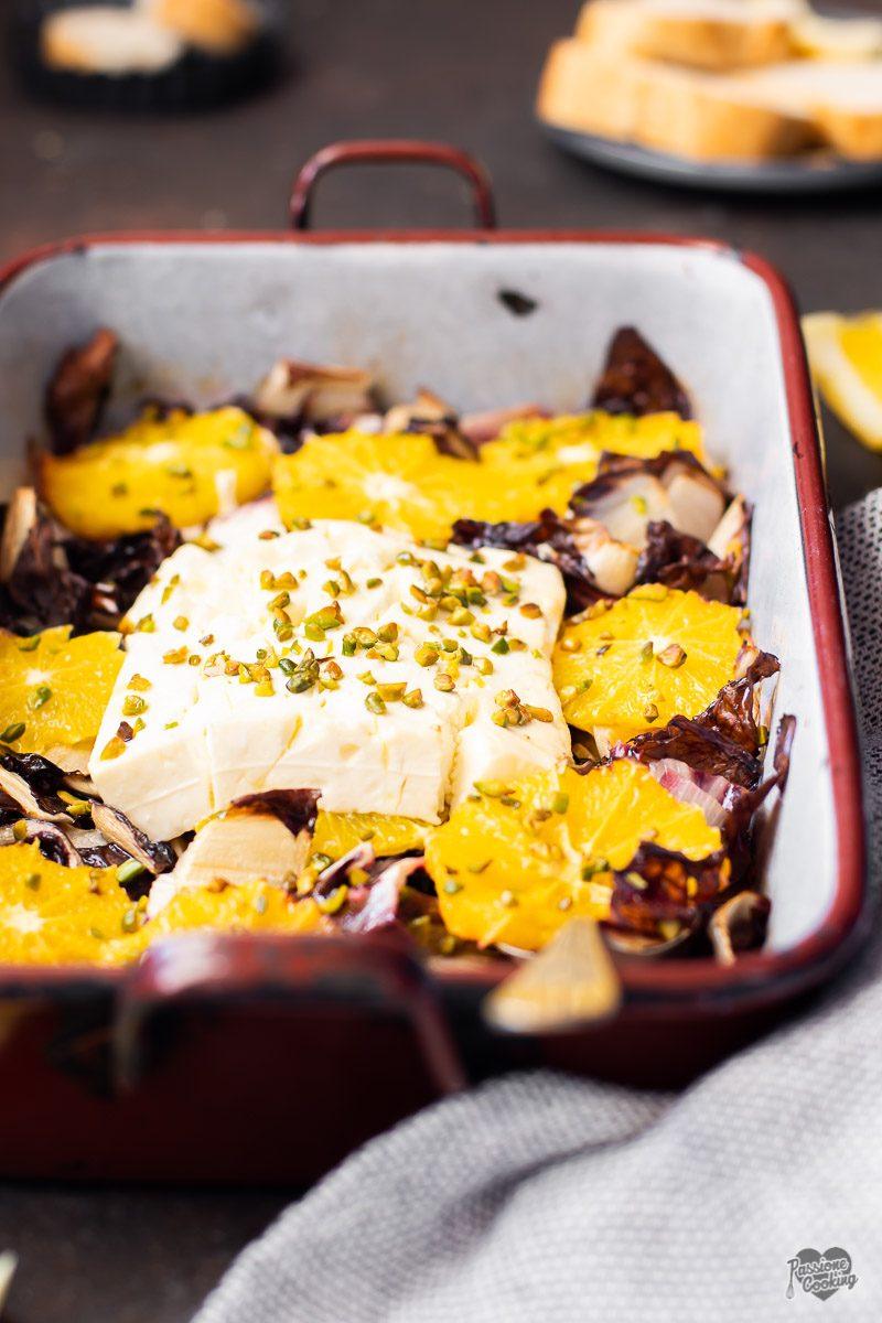 Feta al forno con radicchio, arance e pistacchi