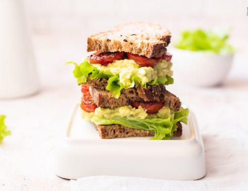 Avocado sandwich con pomodorini confit