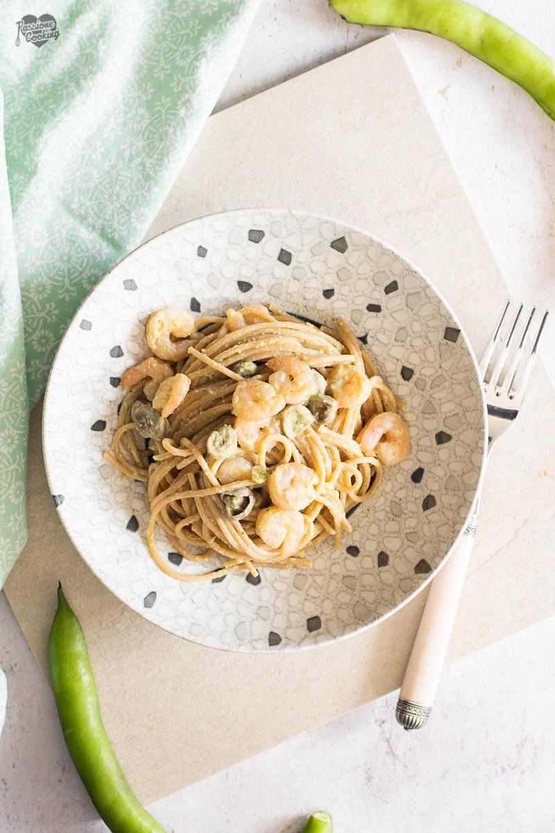 Spaghetti con crema di fave e gamberi