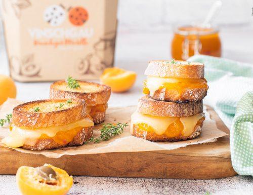 Crostini con chutney di albicocche e formaggio filante