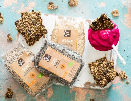 Cracker speziati ai semi con dip di barbabietola