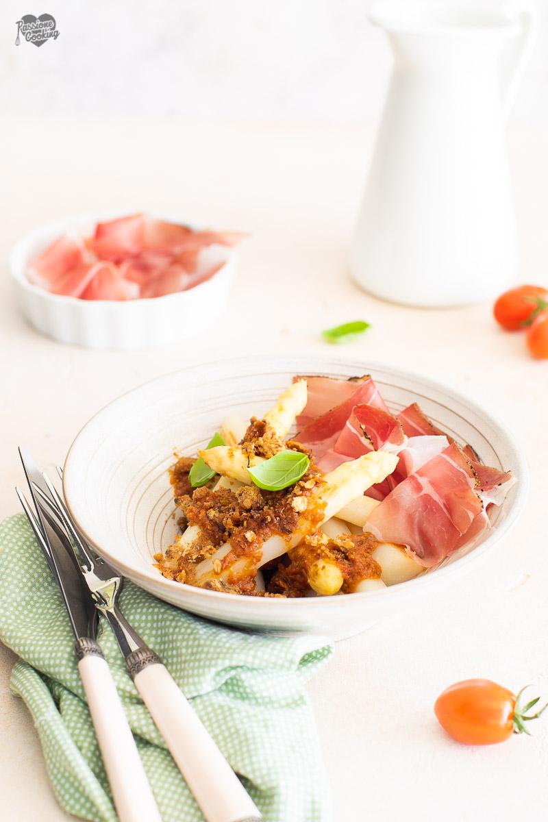 Asparagi con vinaigrette di pomodoro e crumble