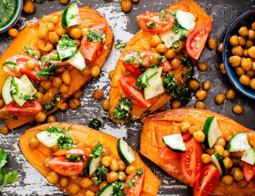 Patate americane con ceci croccanti e verdure