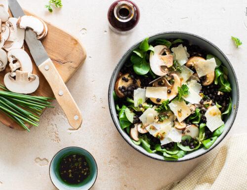 Insalata con lenticchie nere e champignon