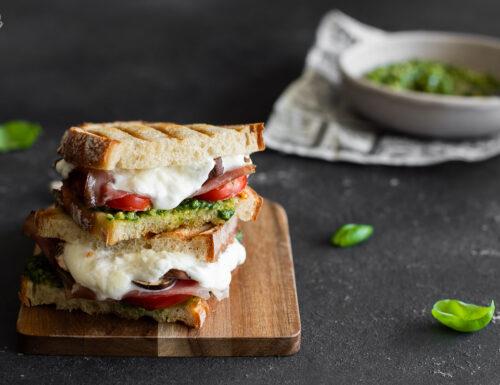 Sandwich con pesto, stracciatella e funghi