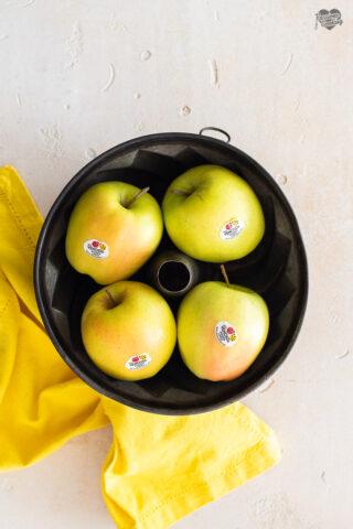 Ciambella con mele Golden e caramello salato