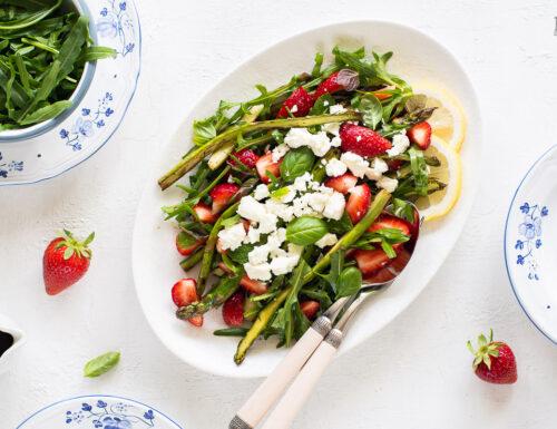 Insalata di asparagi con fragole e feta