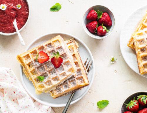 Waffle di ricotta con confettura di fragole veloce