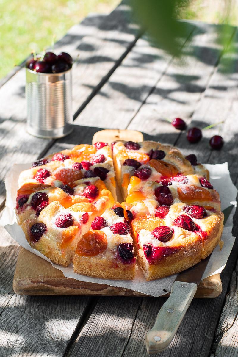 Focaccia dolce con albicocche e ciliegie