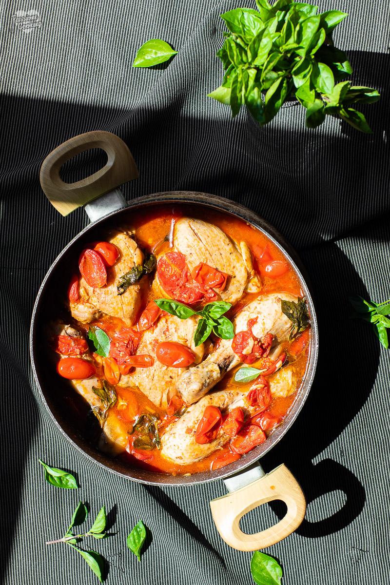 Cosce di pollo al pomodoro e basilico