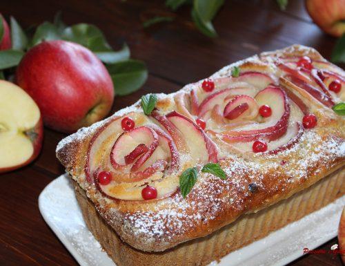 Plum cake al latte con ribes e decorato con rose di mela