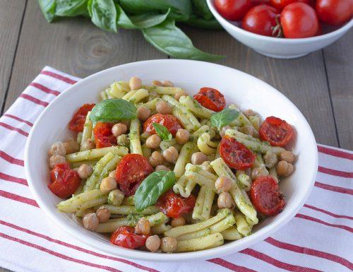 Insalata di pasta con pesto, pomodorini confit e ceci