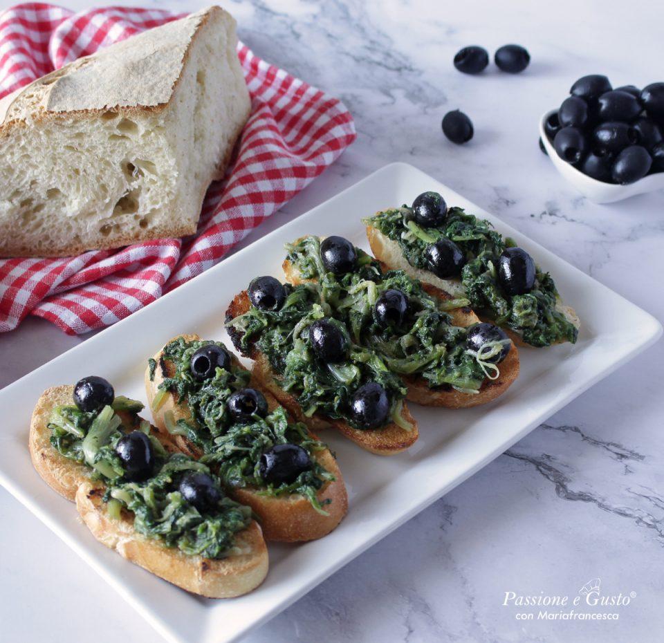 Scarola ripassata in padella su crostini di pane dorati e croccanti idea antipasto!