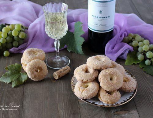 Ciambelline dolci al vino bianco: biscotti friabili e sfiziosi senza burro e senza latte.