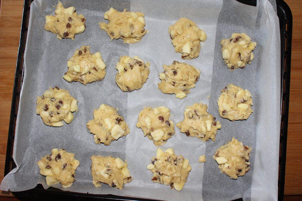 Biscotti morbidi alle mele con uvetta e cannella (senza burro e senza latte)