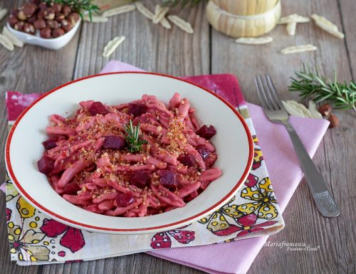 Raschiatelli alla barbabietola e rosmarino con granella croccante di nocciole: primo piatto sfizioso e gustoso!