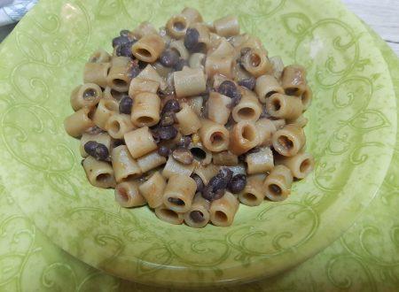 Pasta con fagioli neri.