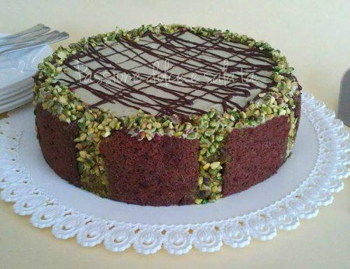 Torta bisquit al cacao con crema al pistacchio