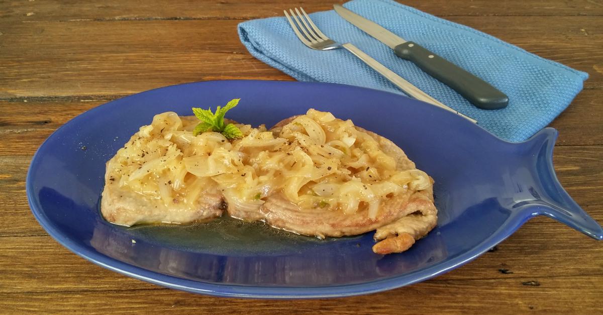 Tonno con cipollata ricetta tipica siciliana - Marinare il tonno prima di cucinarlo ...