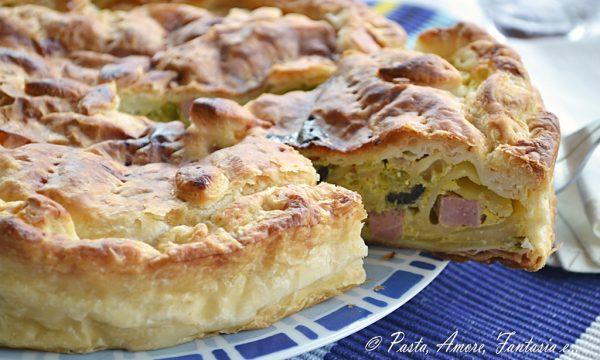 Torta salata con Patate, Wurstel, Olive e Piselli, piatto unico