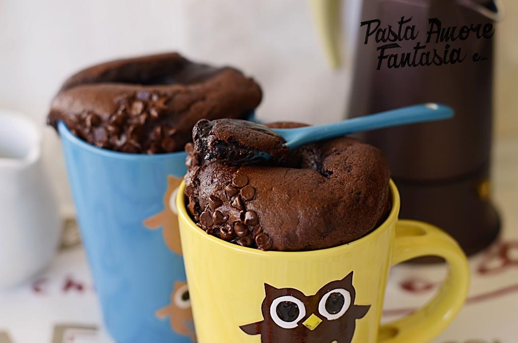 Tortino al cioccolato dal cuore morbido in tazza