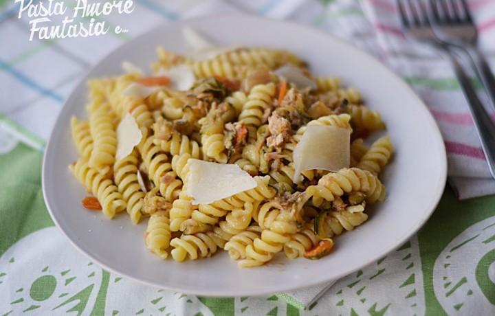 Pasta zucchine, fiori di zucca, tonno e pecorino, primo piatto