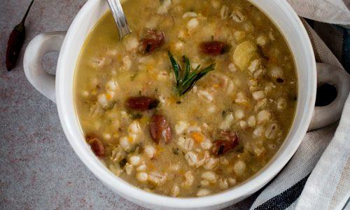Zuppa di orzo e fagioli con patate