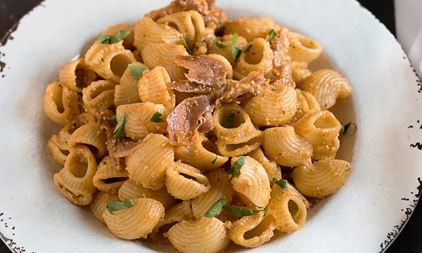 Pasta con Pesto ai peperoni e Prosciutto Crudo