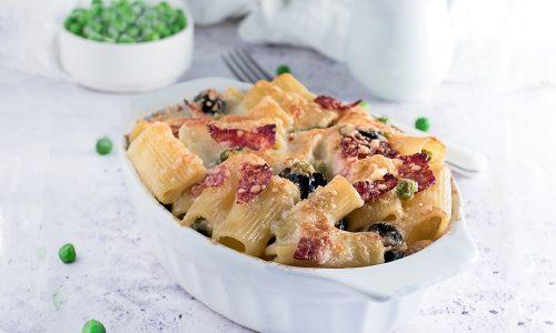 Pasta al Forno Bianca con Funghi, Piselli, Olive e Salame