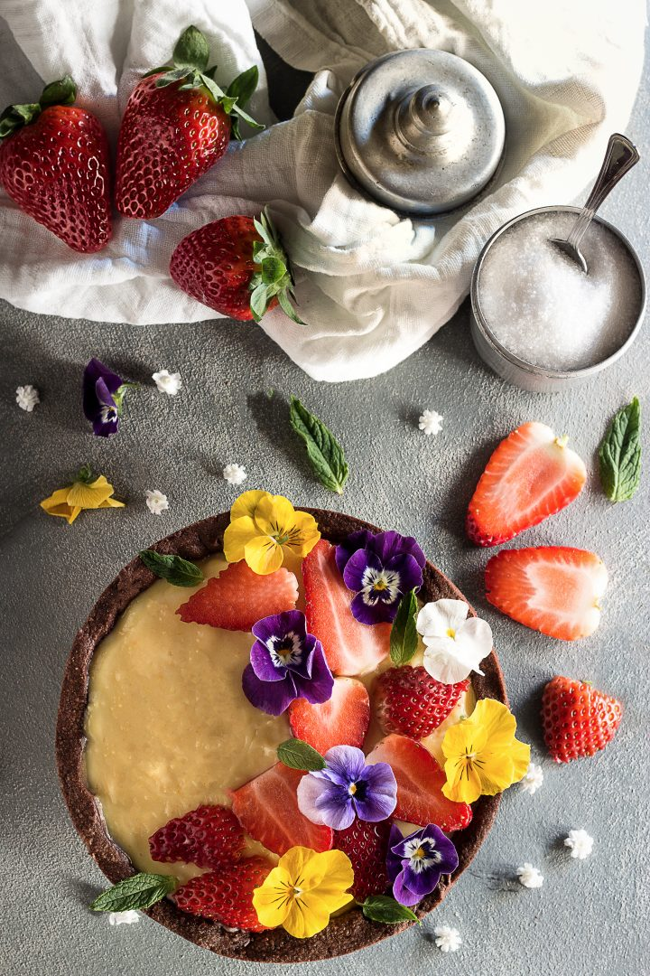 Crostata al Cacao, con Crema all' Arancia, Fragole e Fiori