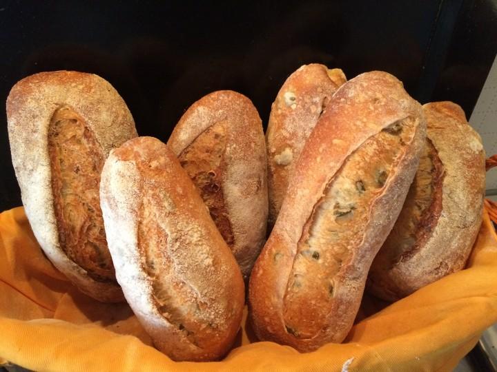 Pane lievito madre con noci e olive