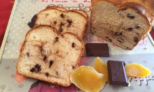 Pan brioche all'arancia con cioccolato e mango