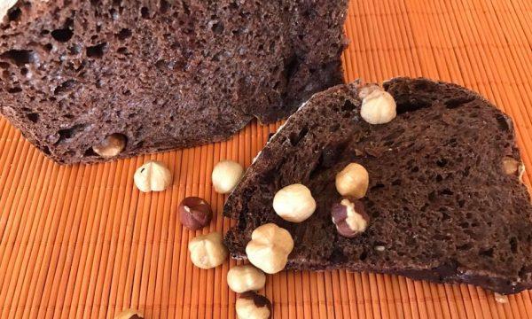 Pane della colazione al cacao e nocciole