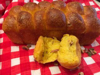 Pan brioche salato curcuma pistacchi e speck