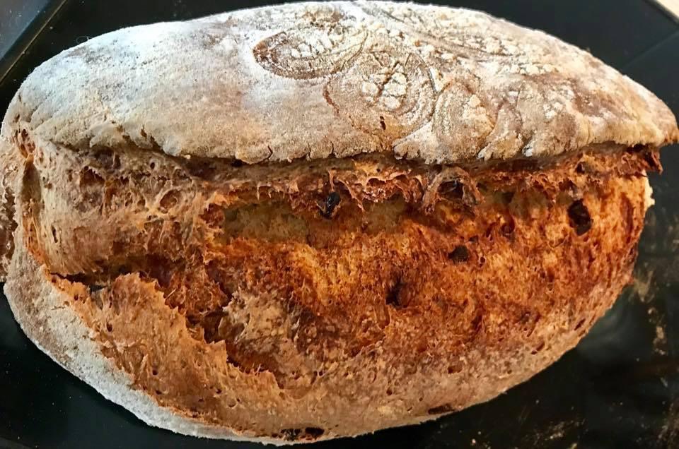Pane pomodoro e origano con pomodori secchi
