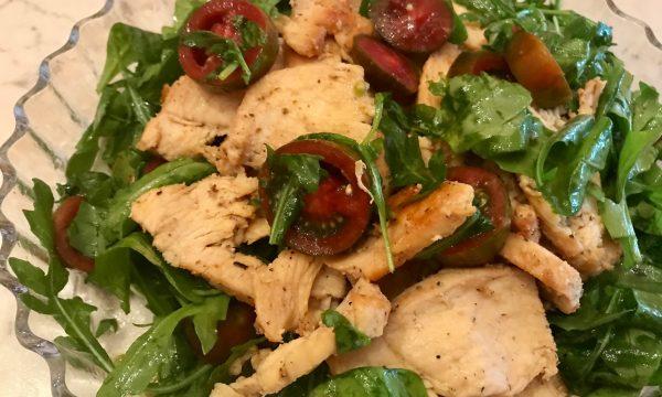 Insalata con petto di pollo, rucola e pomodoro nero
