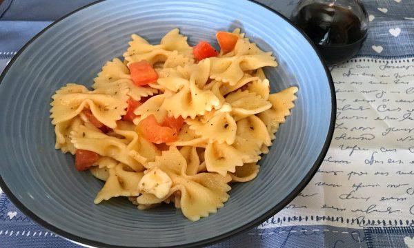Pasta fredda con colatura di alici pomodori mozzarella