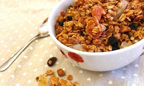 Granola fatta in casa con frutti esotici e cannella