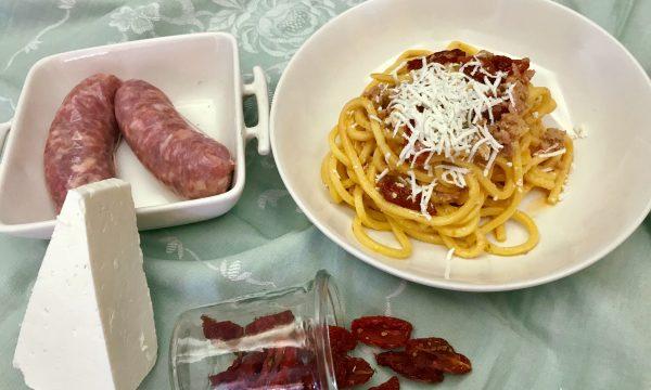 Pasta con salsiccia e pomodori secchi