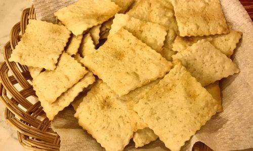 Crackers cacio e pepe con esubero di pasta madre