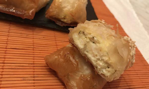 Tiropita greca fagottini di pasta fillo con formaggio