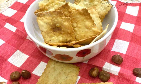 Crackers fatti in casa con farro e farina di nocciole