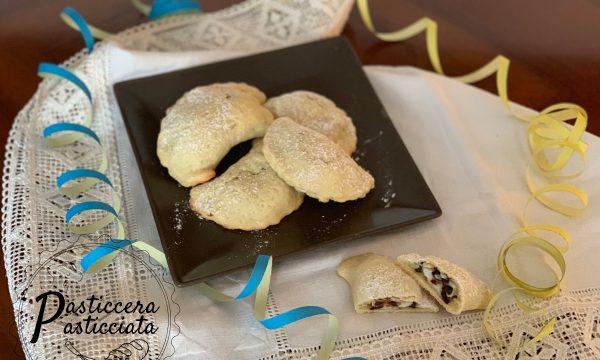 Ravioli dolci di pasta frolla con ricotta e cioccolato