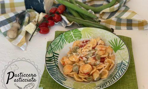 Pasta con le fave fresche e pomodori datterini