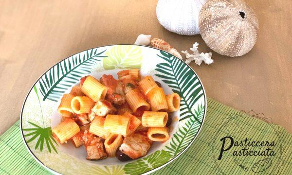 Pasta con tonno fresco e olive